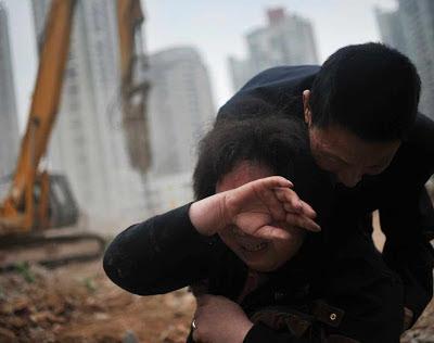 Mulher entra em desespero vendo sua casa demolida em Yangji, Guangzhou