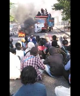 Warga Resah, Mahasiswa Tutup Full Jalan Alauddin Tak Terlihat Kepolisian Mengawal Demonstrasi