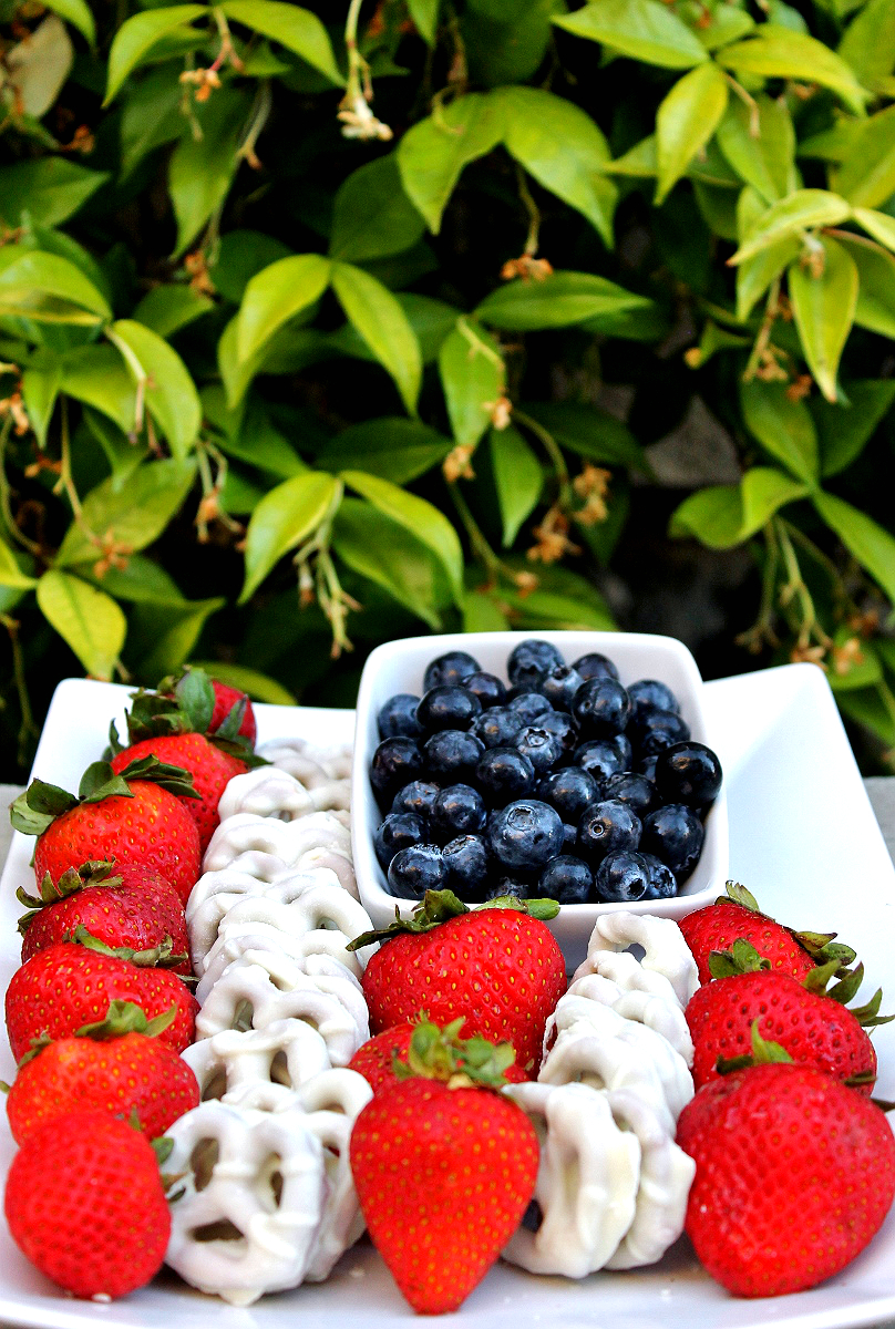 American Flag Berry Platter- 4th of July Ideas For Dollars- #99YourFourth #DoingThe99 #AD