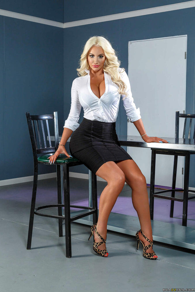 Nicolette Shea Hot Pics