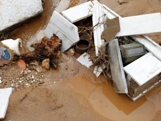 Μάνδρα: Ανατριχιαστικές εικόνες από το νεκροταφείο - Σπασμένοι τάφοι και ανθρώπινα οστά σε κοινή θέα [photos+video]