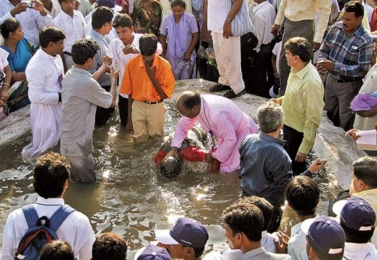 Pastor bautizando a cristianos en Nagpur, India