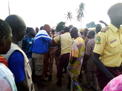 Bus Driver Fights With LASTMA Officials After Passing One Way In Sabo, Ikorodu