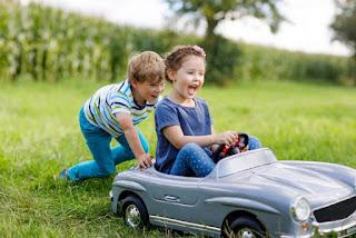 Due bimbi e la macchina