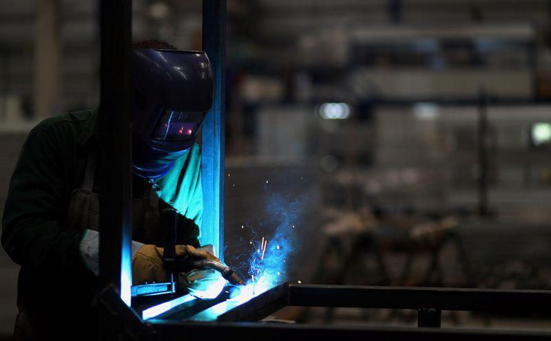 La actividad industrial cayó 7,1% interanual en agosto, informó el Indec