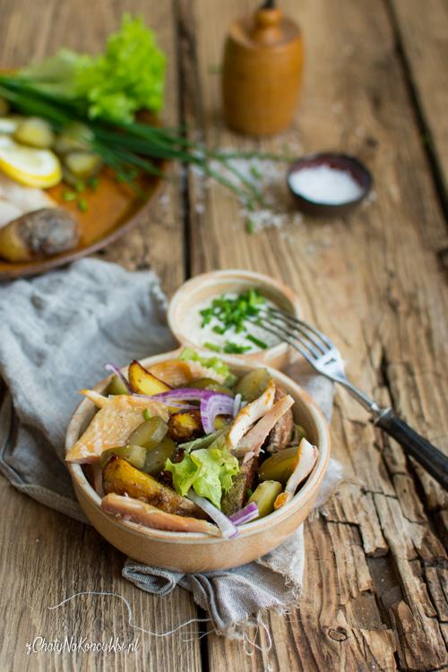 salatka z wędzonym pstrogiem