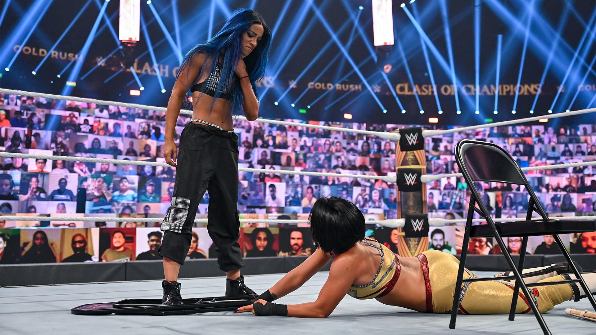 Sasha Banks retorna e ataca Bayley no WWE Clash of Champions