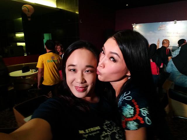 Blogger Miera Nadhirah Kena Cium Dengan Model Terkenal Amber Chia