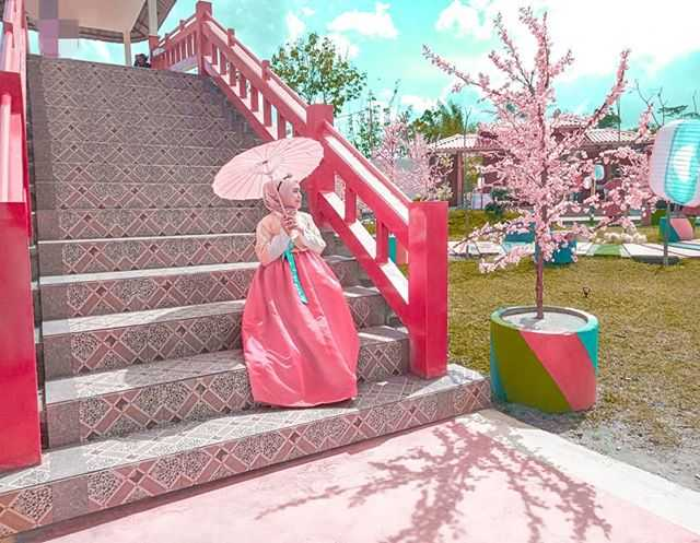Suasana indah dengan perpaduan bungan sakura diWisata Korea Fantasy Kediri