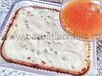 preparare reteta prajitura cu branza si bezea - intindem stratul de gem