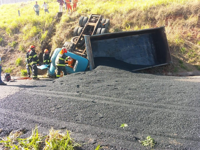 Acidente com caminhão deixa vítima grave e pista interditada em Martinópolis