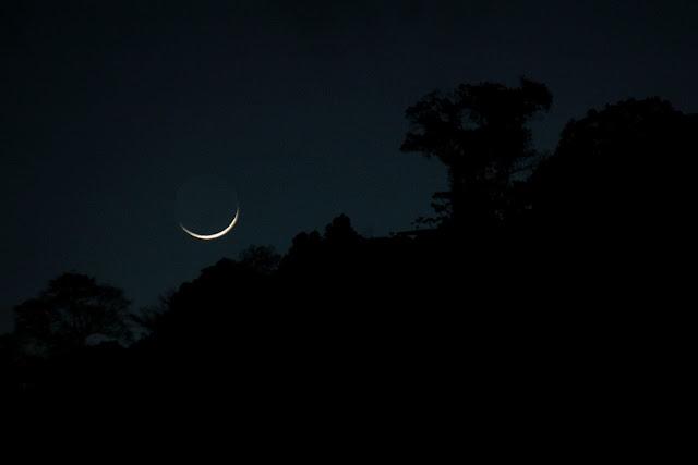 Linda imagem da lua minguante em seu início de iluminação
