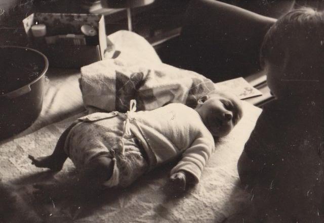 Ein Baby mit dickem Windelpaket