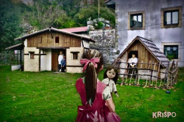 niña de espaldas con muñeca mirando belen viviente
