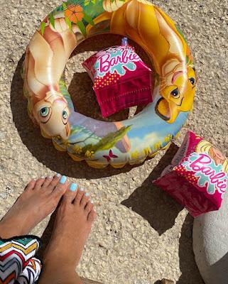 Caterina Balivo piedi sulla spiaggia di Capri
