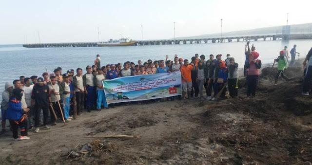Personil UPP Selayar, Bersama Warga Bersihkan Laut dan Pantai