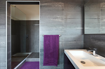 toalla y alfombra morado