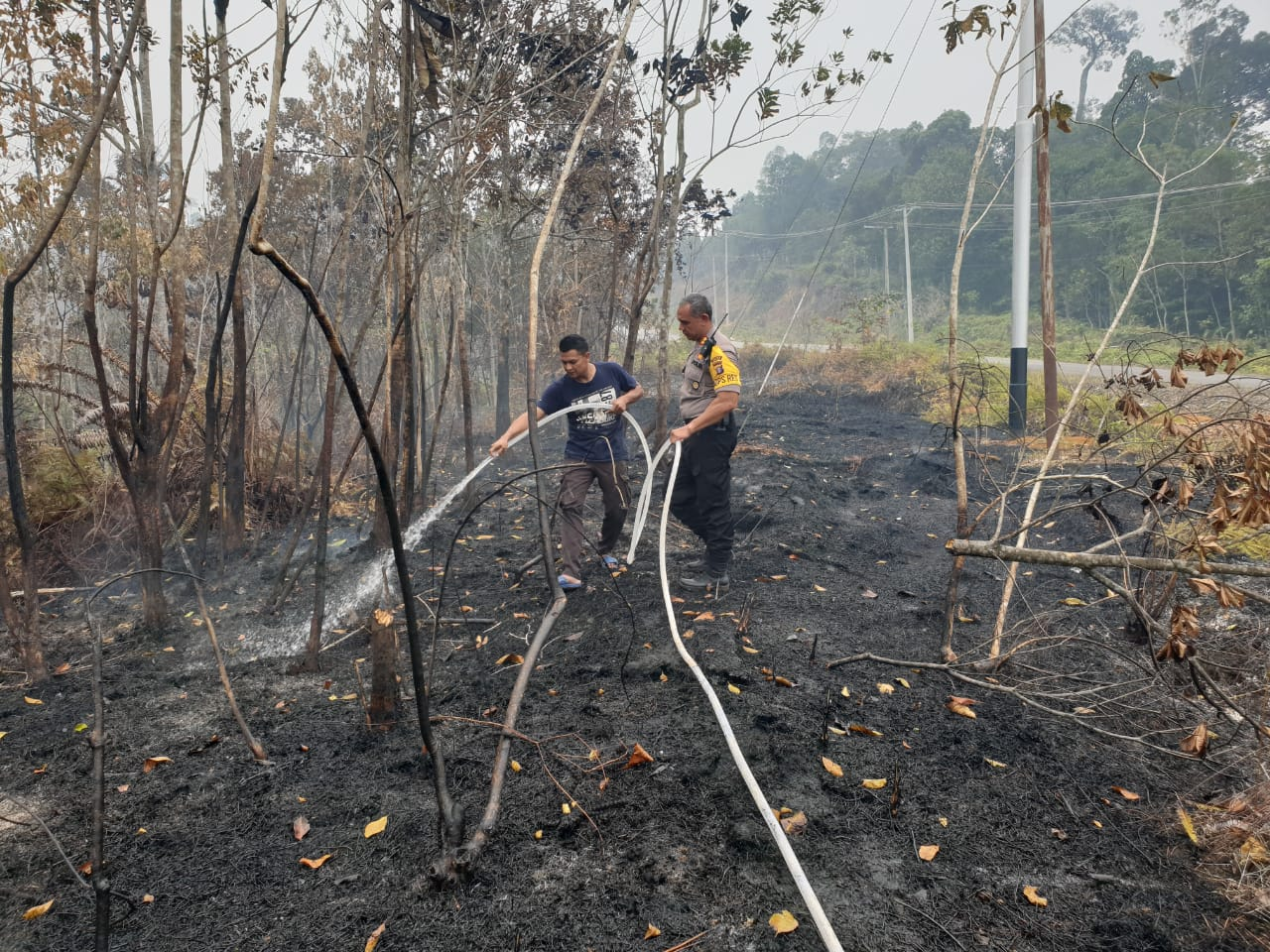 Kapolres Gumas Turun Tangan Padamkan Api
