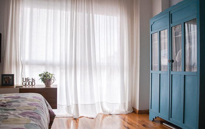 usamos cortinas de gasa de algodn para tamizar la luz del dormitorio y para darle un estilo super relajado y etreo la altura de la