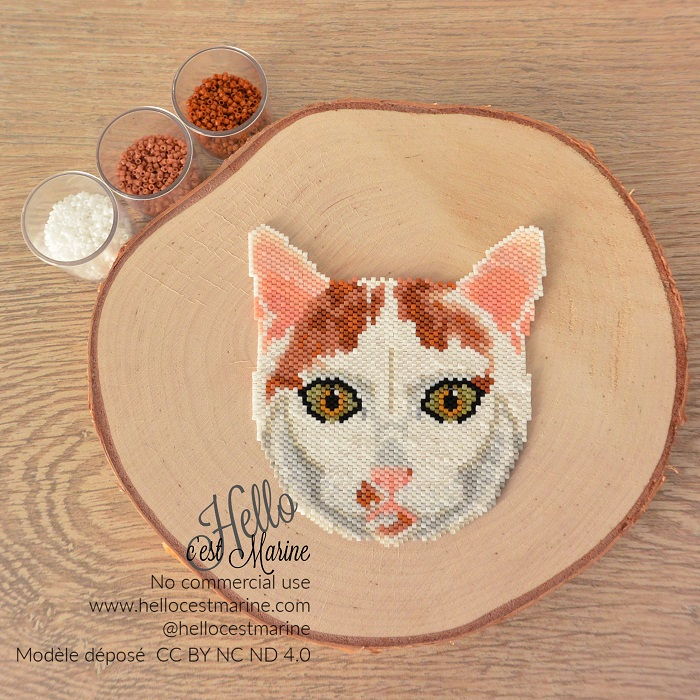 Grand chat blanc et roux en perles Miyuki delica créé par Hello c'est Marine pour tissage peyote ou brickstitch