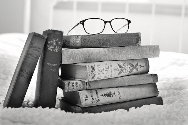 Pila de libros con gafas encima
