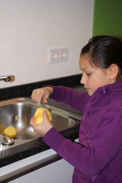 Kind kocht Kartoffeln
