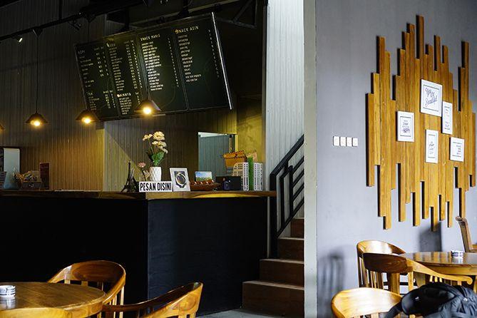 Ruangan di kedai kopi dominan kursi kayu