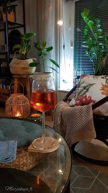 olohuone illanvietto lasillinen olohuoneen sisustus