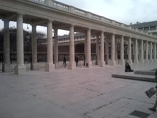Palais Royal. Les colonnes avec derrière, les grilles qui délimitent les jardins.