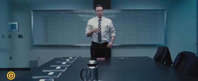 A KÖNYVELŐ (16) Chris Wolff (Ben Affleck) a világ egyik legjobb könyvelője és kissé autista – kerüli az embereket, magányosan él és nem is vágyik másra. Amikor egy befolyásos nagyvállalat könyvelésében furcsa hibák tűnnek fel, természetesen hozzá fordulnak. Ő és a cég egyik munkatársa (Anna Kendrick) hamar új, megmagyarázhatatlan eltérésekre figyel fel, és ez valakinek nagyon nem tetszik. Egy különleges katonai egység leszerelt tisztje megbízást kap, hogy végezzen a párral. Chris és Dana kénytelen együtt bujkálni. De Chris tartogat egy-két meglepetést. Néhány közülük halálos lehet…