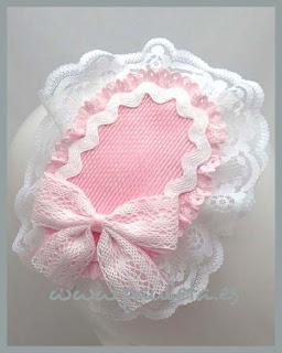 Tocado para niña de color rosa y blanco, fabricada con distintos materiales