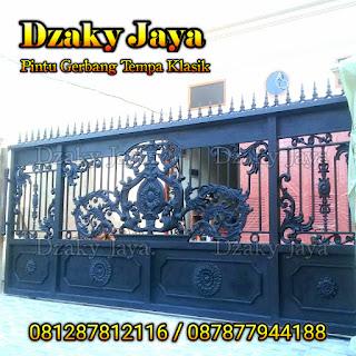 Contoh pintu gerbang besi tempa klasik dengan ornamen tombak.