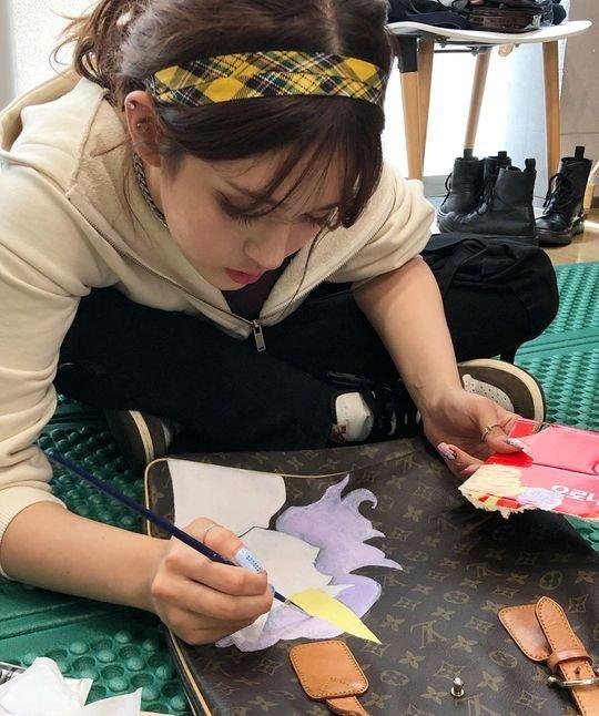 Somi el yapımı LV çantasıyla sanatçı yanını sergiledi
