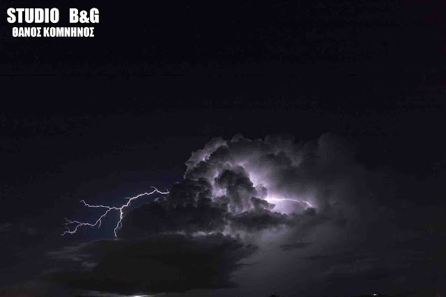 Εκατοντάδες κεραυνοί έκαναν την νύχτα μέρα στο Ναύπλιο (βίντεο)