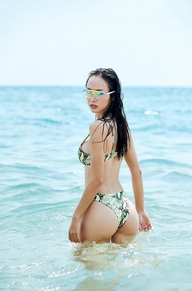 Vũ Ngọc Anh khoe đường cong với bikini họa tiết da rắn 4