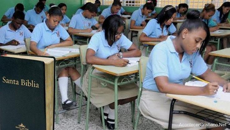 Estudiantes dominicanos leen Biblia en escuela