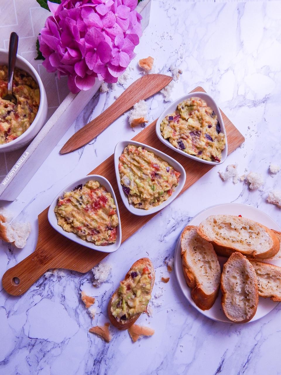 2 guacamole pasta z awokado pomidorami i czerwoną cebulą pasty nakapkowe przepis pomysły gotowanie pesto z awokado pomysły na kolację obiad zdrowe fit dobre tłuszcze pomysł na kanapki na drugie śniadanie-2