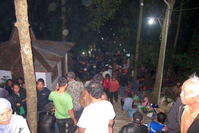 Indonesia: Người dân lên núi quan hệ tình dục với người lạ để lấy may
