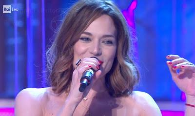 Laura Chiatti con microfono in mano