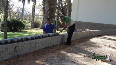 Bizzarri, da Bizzarri Pedras, visitando obra onde estamos fazendo a mureta de pedra com pedra paralelepípedo, fazendo as capas do muro com a pedra paralelepípedo em sede da fazenda em Atibaia-SP.