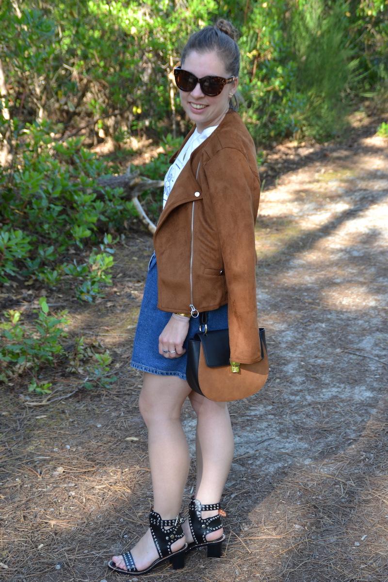 veste en daim stradivarius, jupe en jean Zara, t-shirt New York H&M, sandales Sheinside, sac Asos