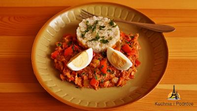 Brązowy ryż z sosem z makreli wędzonej