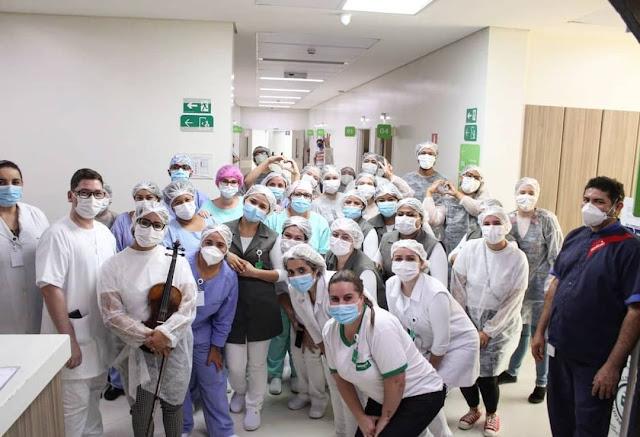 Emocionante! Coral canta para enfermeiros e pacientes