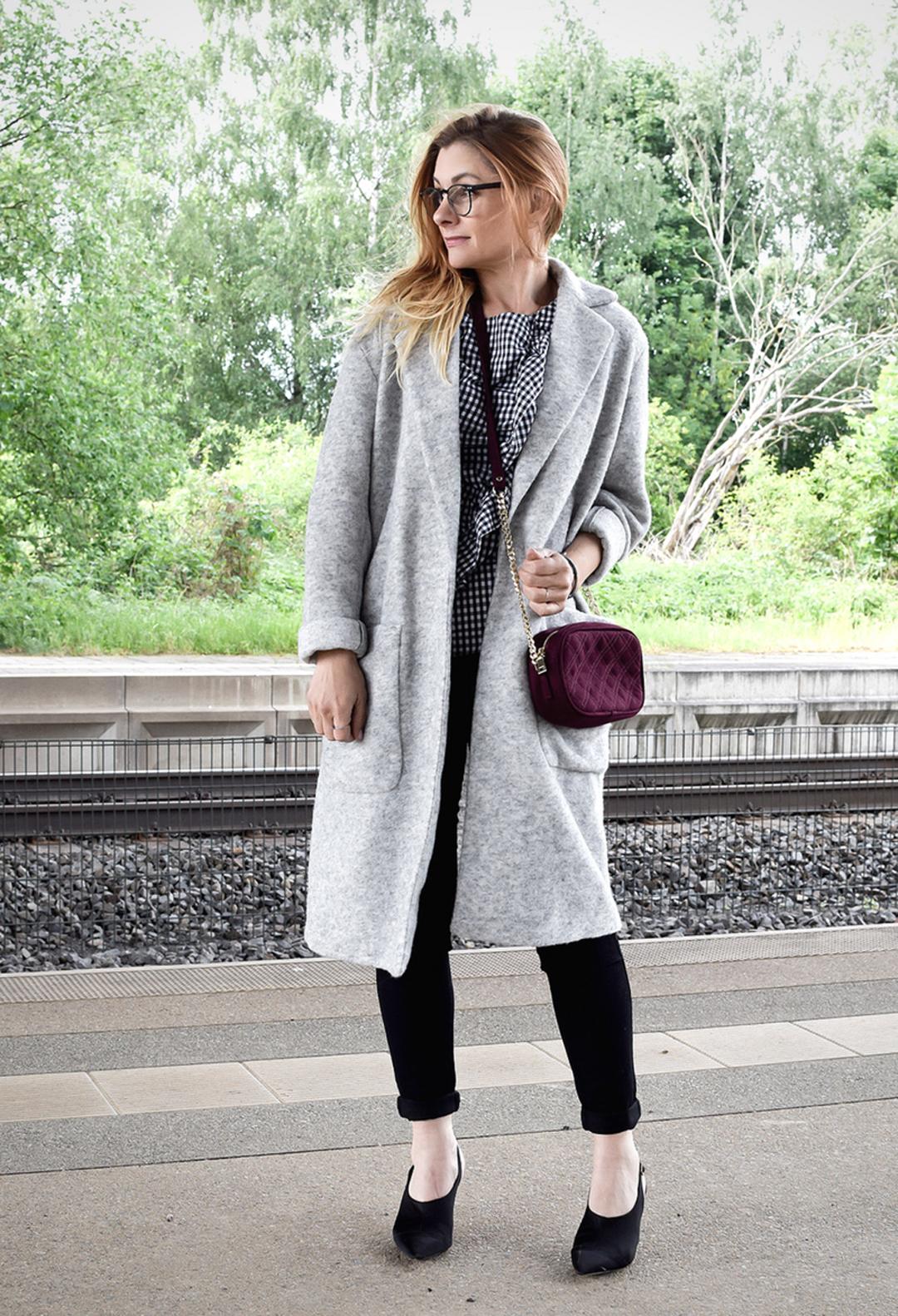 Skinny Jeans und Slingback Pumps in schwarz, Outfit Inspiration für Frauen über 40