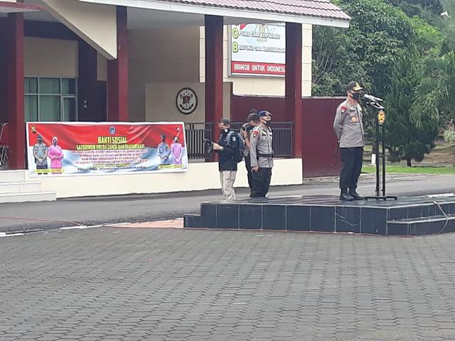 Libatkan Ojol, Polda Jambi Bersama Personel Gabungan Brimob Polda Jambi Berikan Bantuan Kepada Warga Terdampak Covid 19 di Kota Jambi