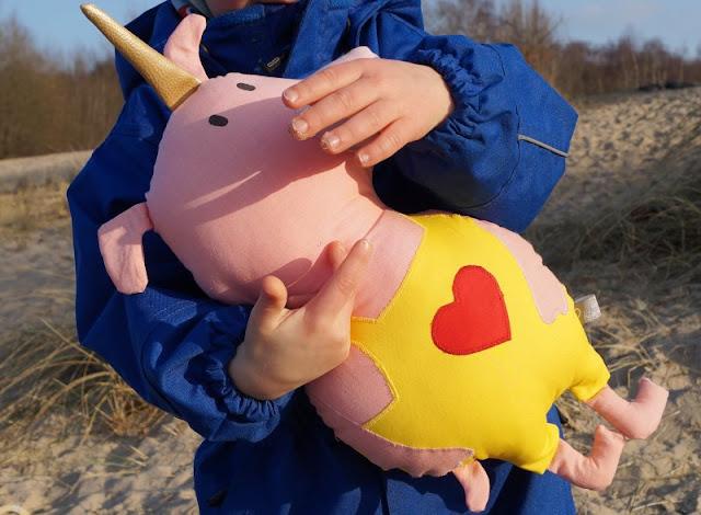 """Phantastische Freunde: """"Emmi und Einschwein"""" von Anna Böhm (+ Verlosung). Mit der Einschein-Puppe können die Kinder die Phantasie fliegen lassen."""
