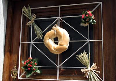 Regueifa numa porta com espigas de trigo