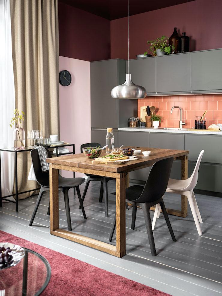 Cocina con zona de office con mesa de madera novedad catálogo IKEA 2021.