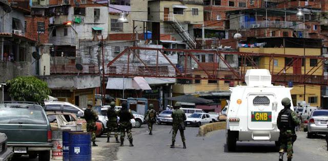 Pelo menos quatro pessoas sofreram ferimentos em confrontos que eclodiram entre a polícia venezuelana e manifestantes estudantis contra o governo na segunda-feira