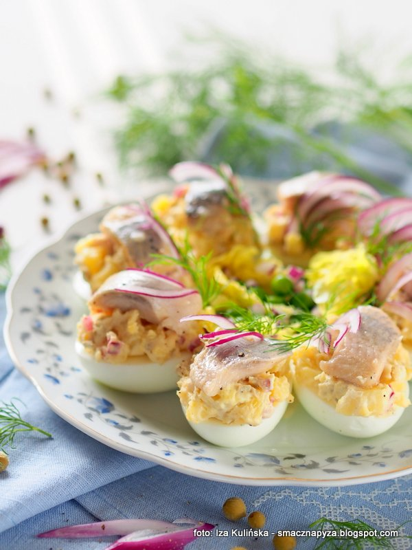 jaja z salatka ziemniaczana, sledzie, sledz, jajeczka faszerowane, ziemniaki, wielkanoc, sniadanie wielkanocne